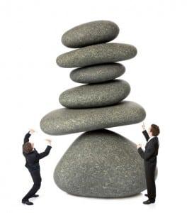 déséquilibre effort travail bascule effondrement tomber retenir empiler boum risque tour